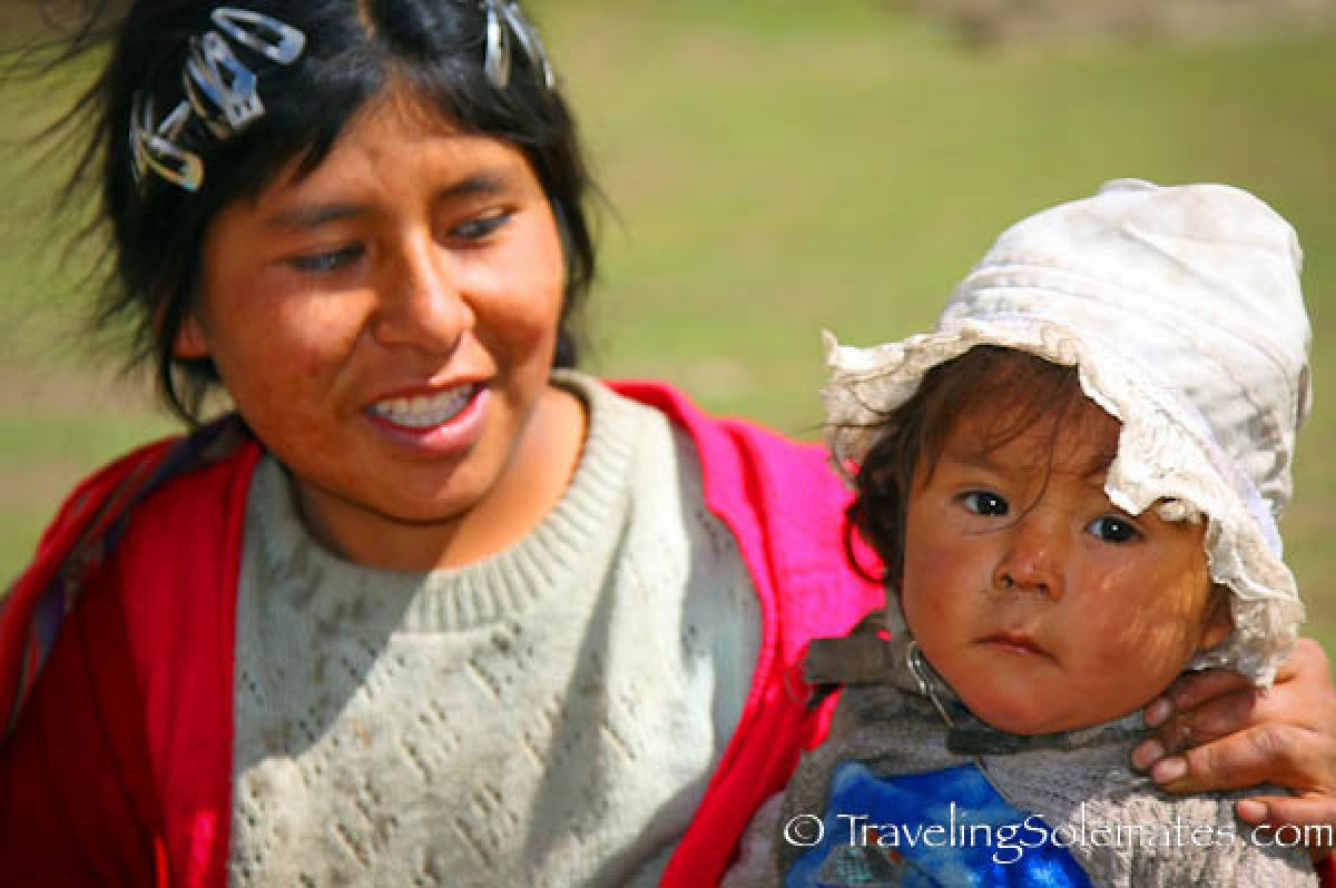 Mother and child  in traihead in Quawarani, lares Valley Trek