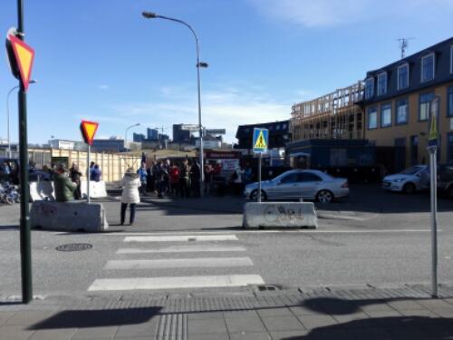 Lunch line at Bæjarins Bestu Pylsur