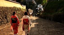 Kitsuki .Tourists strolling along  Suya no saka in kimonos