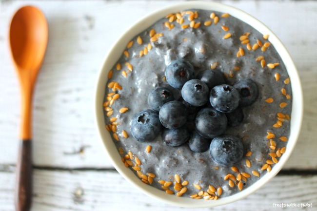 Blueberry Overnight Oats (treatswithatwist.com)