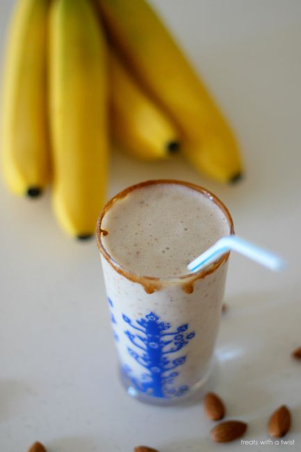 Banana Almond Smoothie // treatswithatwist.com