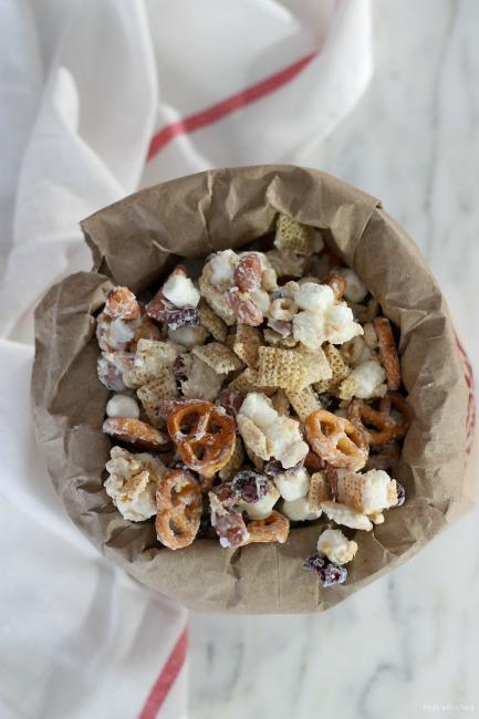 Reindeer Munch Mix // gluten free // treatswithatwist.com