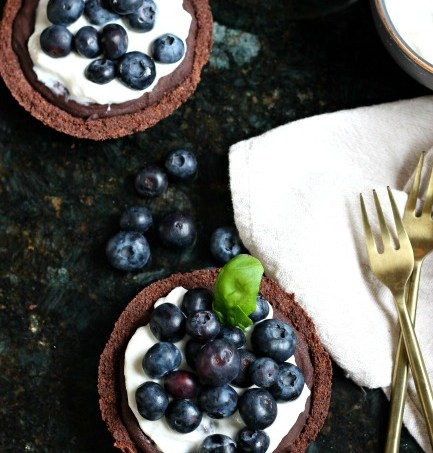 Red Wine Chocolate Berry Tart (for two) // gluten free // treatswithatwist.com