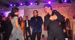 Shahrukh Khan performing on stage with couples
