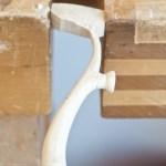 Linjene strammes opp og formen mellom de pålimte føttene og håndtaket renses opp.