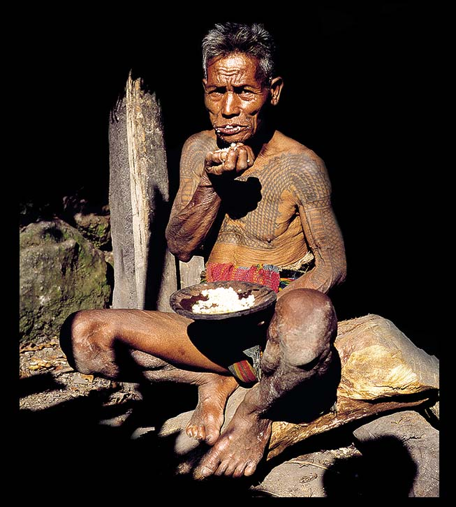 KALINGA TRIBE PHILIPPINES HEAD HUNTER WARRIOR EATING DAVID HOWARD