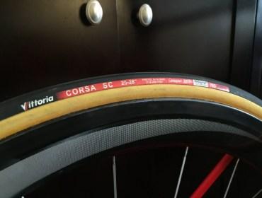 Boyaux Vittoria Corsa Service Course en 25mm. Roue Shimano C50.