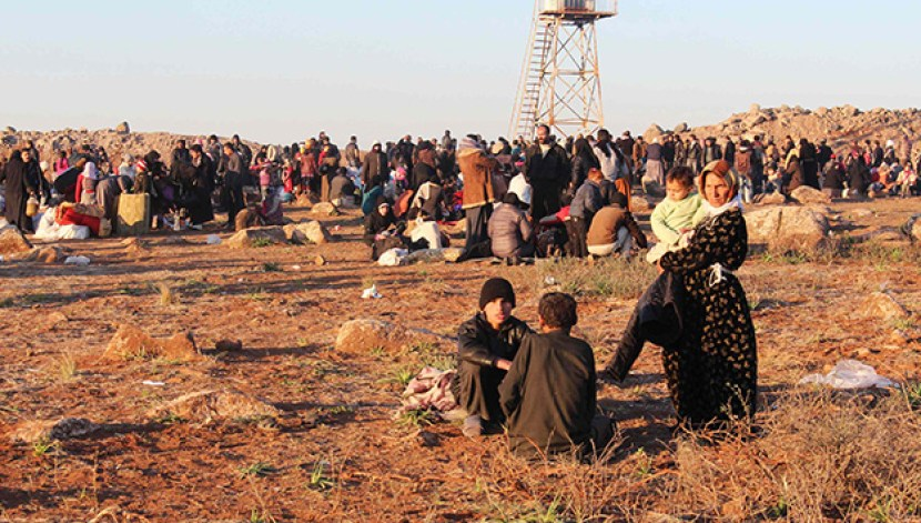 Syrian refugees, fleeing the violence in Syria, wait to enter Turkey on the Syrian-Turkish border in Shamm Alqrain village, northern countryside of Aleppo February 5, 2014. REUTERS/Mahmoud Hebbo (SYRIA - Tags: POLITICS CIVIL UNREST CONFLICT)