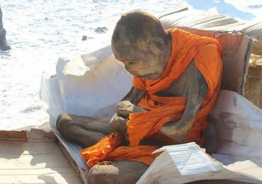 buddhist-monk-in-robes-meditating
