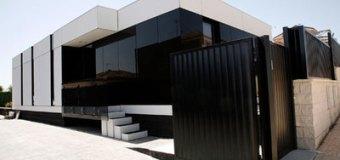 Casa modular de A-cero Tech con fachada de vidrio negro
