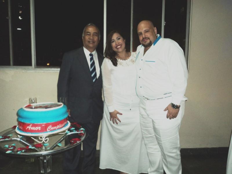 Foto de Túlio, á esquerda, com os noivos Ana e Léo, logo depois da cerimônia.