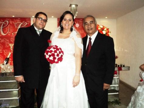 Os noivos Luiz e Carol Guedes com Túlio de Pinho.