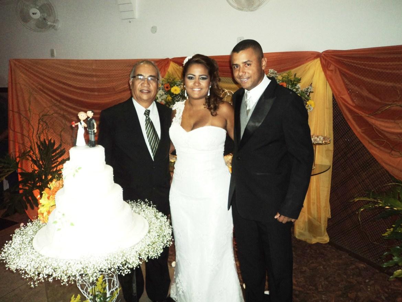 Na foto Túlio de Pinho à esquerda com os noivos Fernanda e Renato.