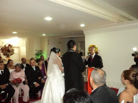 Fotos Túlio de Pinho com os noivos e durante a cerimônia de casamento.