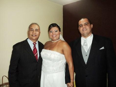 Na foto Túlio com os noivos Danielle e Luciano, logo depois da cerimônia.