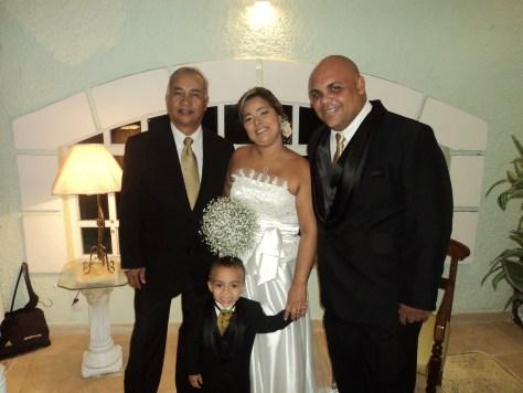 Na foto os noivos com Túlio de Pinho, à esquerda.