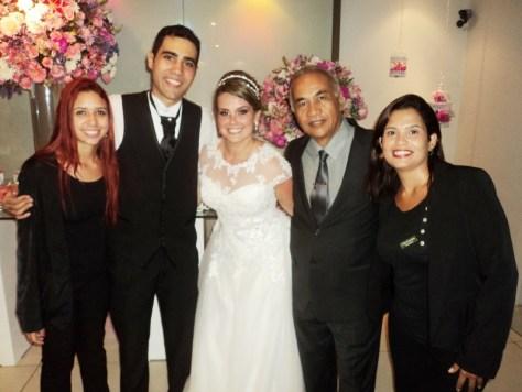 Foto dos noivos Fernando Araujo e Camila Aguiar com nossa equipe: Jessica Razuk, Túlio de Pinho e Ana Beatriz.