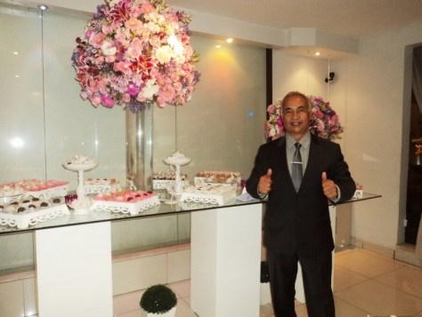 Na foto Túlio de Pinho na frente da mesa de doces.