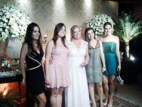 Na foto a noiva Patricia ao centro com suas madrinhas.