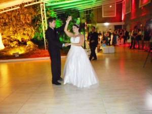 """Na foto a debutante Sabrina na coreografia com seu """"príncipe encantado"""""""