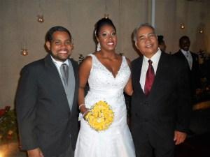 Na foto os noivos, com Tulio de Pinho , logo após cerimônia na Casa de festas BLESS.