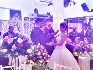 Foto momento da troca de votos dos noivos.