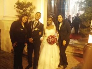 Na foto os noivos entre as cerimonialistas Carla e Neyde.