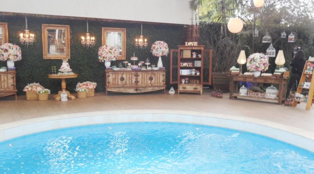 foto-linda-da-mesa-de-bolo-e-doces-com-piscina-a-frente-7-9-16