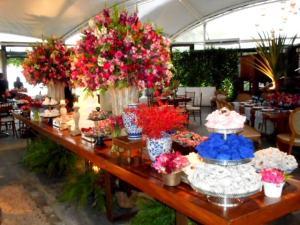 Foto da mesa de bolo e doces do casamento.