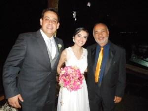 Na foto os noivos Alexandre e Lissa com Túlio de Pinho.