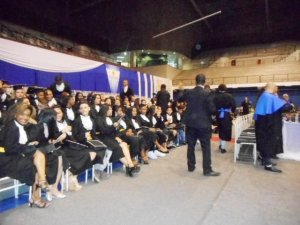 Momento da formatura com todos os formandos posicionados.