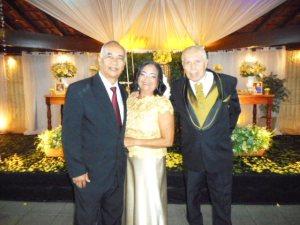 Foto do casal com Túlio de Pinho, à esquerda.