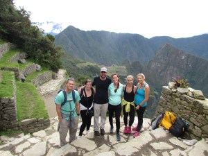 CIS at the Sun Gate with a Machu Picchu and Huanya Picchu backdrop, Perú