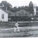 Ao fundo, à direita, a primeira igreja, em madeira.