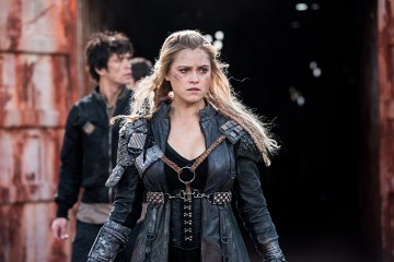 """The 100 -- """"Join Or Die"""" -- ImageHU313b_0245 --Pictured (L-R): Bob Morley as Bellamy and Eliza Taylor as Clarke -- Credit: Dean Buscher/The CW -- © 2016 The CW Network, LLC. All Rights Reserved"""