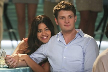 "Jane The Virgin -- ""Chapter Forty-Seven"" -- Image Number: JAV303b_0311.jpg -- Pictured (L-R): Gloria Estefan as herself, Gina Rodriguez as Jane and Brett Dier as Michael  -- Photo: Patrick Wymore/The CW -- © 2016 The CW Network, LLC. All Rights Reserved."