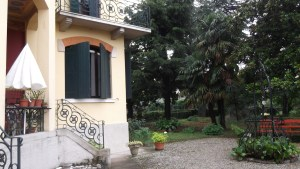 Italy_Anna's Villa_sideyard