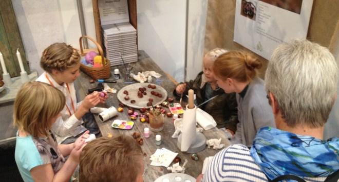 Helles stand på messen er en arbejdende workshop - her hjælper Frida