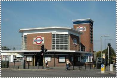 Ishte hedhur në binarët e Metrosë së Londrës