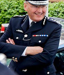 <!--:sq-->Shefi i policisë së metropolitanit jep dorëheqje<!--:-->