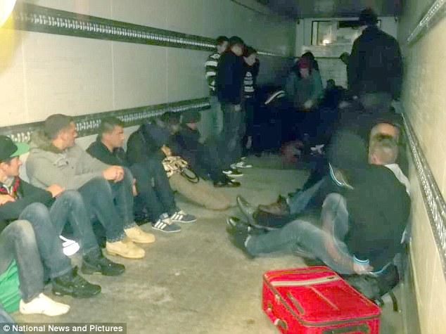 Në këtë foto të jashtëzakonshme shihen 48 shqiptarë të cilët u zunë nga autoritetët britanike të imigrimit në Calais të Francës deri sa shoferi rumun me kamionin e tij po tentonte t'i kontrabandonte në Britani.