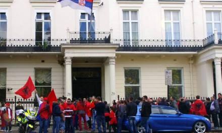 <!--:en-->UK Albanians protested today at the Serbian embassy in London<!--:--><!--:sq-->Shqiptarët e Britanisë protestuan sot para ambasadës serbe në Londër<!--:-->