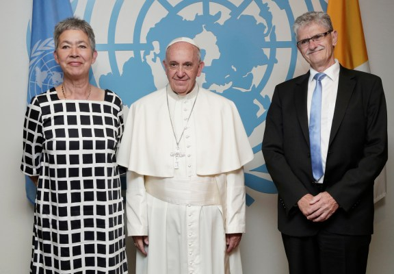 Mogens Lykketoft (right), President of the seventieth session of the General Assembly, and his wife, Mette Holm, meet with Pope Francis during the pontiff's visit to UN headquarters.