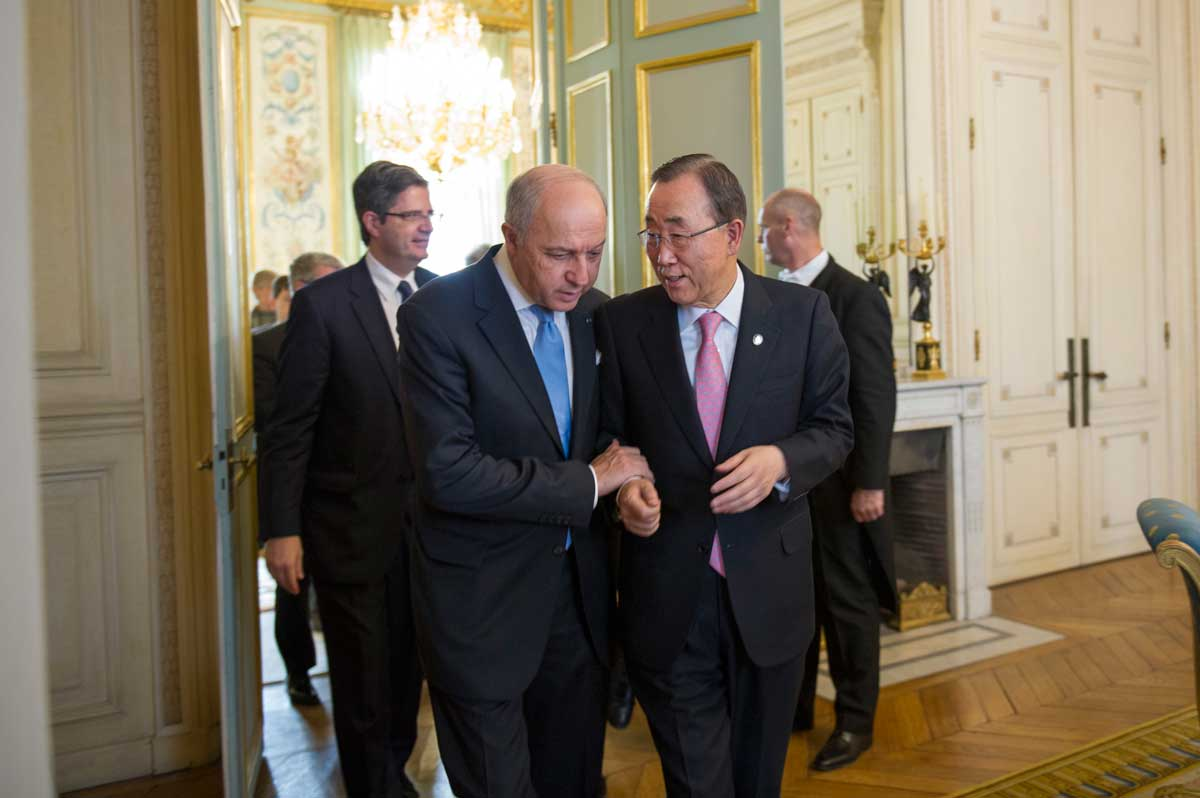 Photo: Secretary-General Ban Ki-moon (right) speaks with French Foreign Minister Laurent Fabius ahead of the COP21.