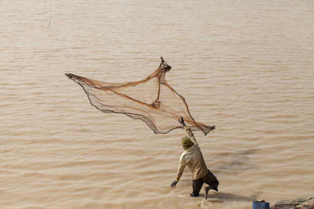 Photo: A fisherman throws his net in Arikouka basin in Tera, Niger. Photo: UNFAO