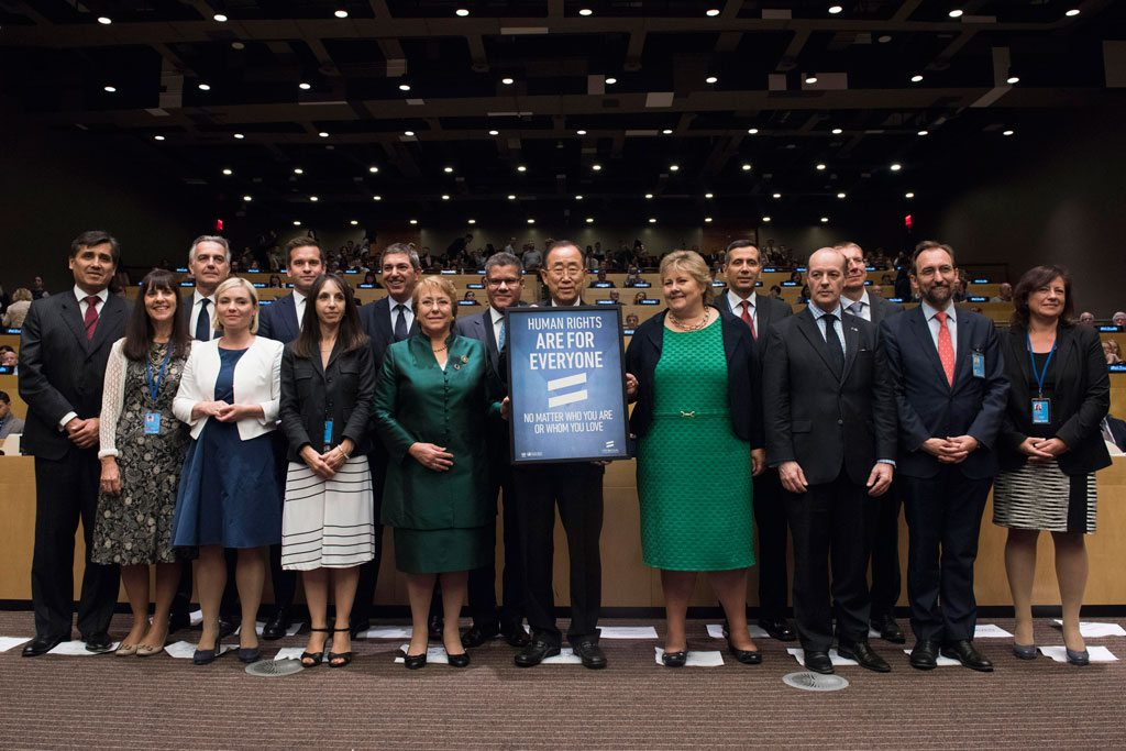 Photo: Secretary-General Ban Ki-moon (center) in a group photo with participants at an event of the lesbian, gay, bisexual and transgender (LGBT) Core Group
