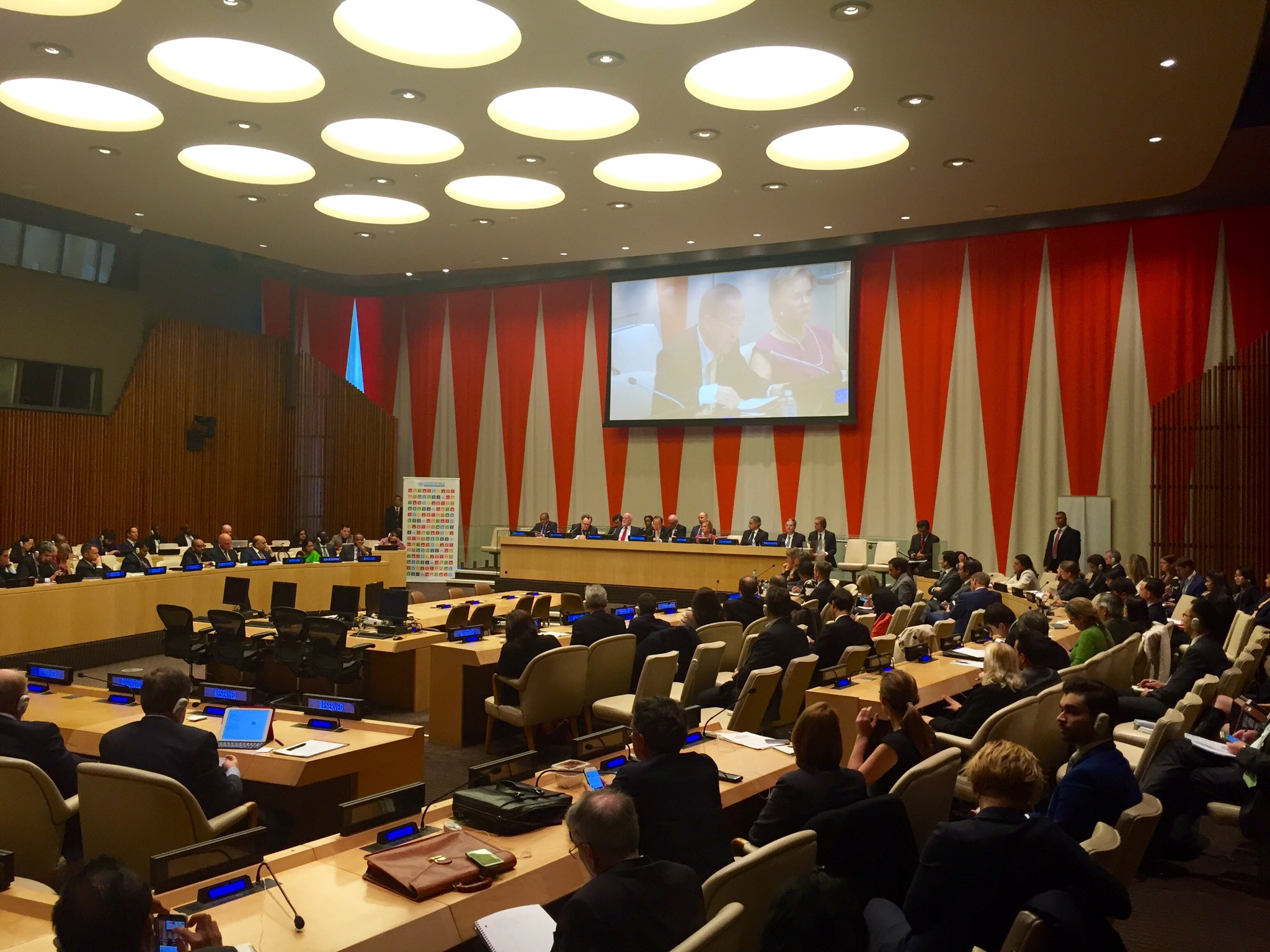 Photo: Secretary-General Ban Ki-moon addresses finance ministers on 10 October.
