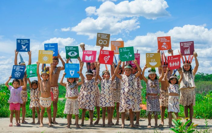 Photo_2_PERU_Children_from_the_Amazon_river_with_SDGs-1500pix