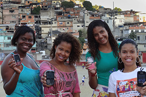 Nubia Felix (right) is one of the project's community trainers in the favela of Complexo do Alemão. Photo: UN Women/Gisele Netto