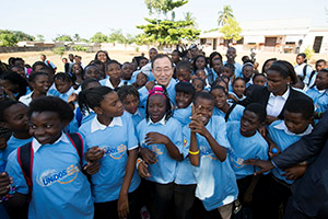 Secretary-General Ban Ki-moon visits the SansãoMuthembaSecondary School in Polana Caniço, Maputo to promote education and the UNiTE to End Violence against Women and Girls Campaign. (Photo: UN Photo/Eskinder Debebe)